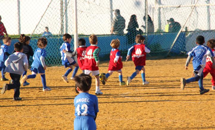 Niños jugando un partidillo en los campos de la UD Bellavista