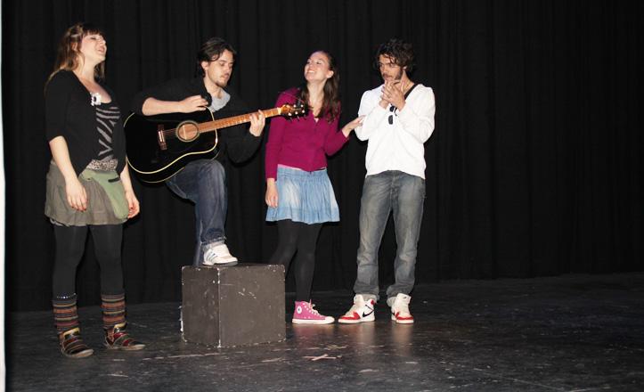 Los cuatro amigos cantando en una de las escenas de la obra