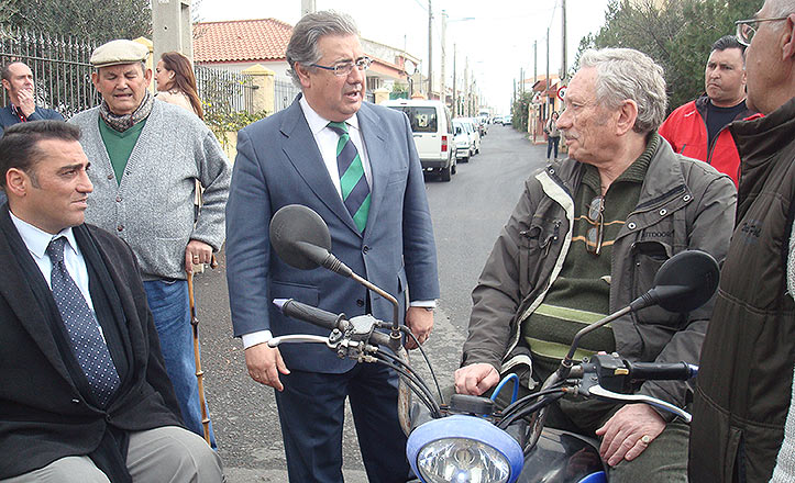 Zoido con el delegado García Camacho y el presidente de Los Girasoles, Esteban Expósito.