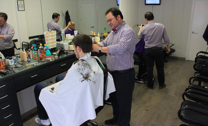 Antonio y Javier regentan esta peluquería con solera en Triana