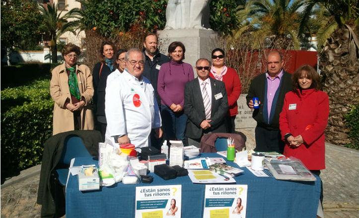 Miembros de ALCER Giralda junto a la delegada de Nervión, Pía Halcón