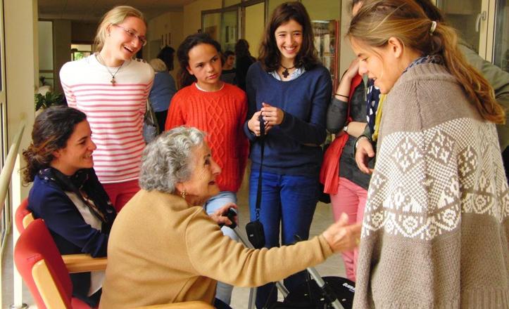 Una usuaria ríe con un grupo de chicas jóvenes