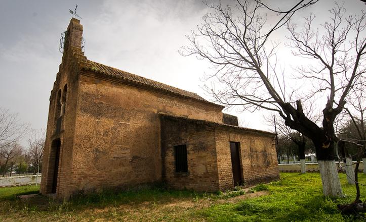 Bucólica imagen de la ermita de Valme, en el Cortijo del Cuarto, abandonada desde hace décadas / Turismo.org