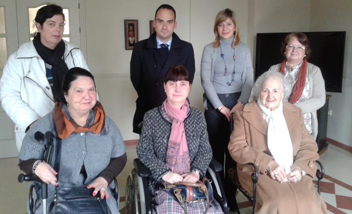 Rafael Belmonte y María del Carmen Caparrós posando con señoras en silla de ruedas
