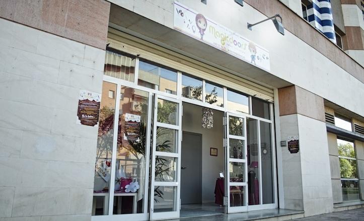 Fachada de Magicdoors en la calle Almendralejo, Sevilla Este