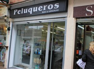 La Peluquería Ruiz y González está ubicada en la calle Esperanza de Triana