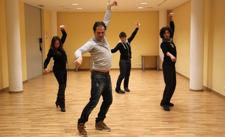 José Galán bailando con los alumnos del taller