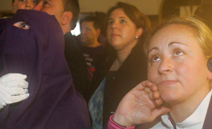 Hermanos de Torreblanca miran con devoción sus imágenes