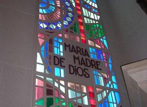 Vidriera realizada por el escultor y ceramista trianero Emilio García Ortiz