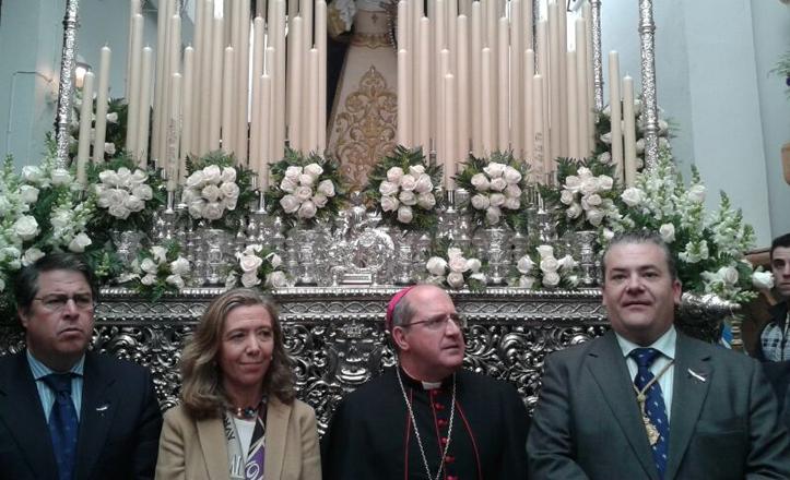 Gregorio Serrano, Felisa Panadero, Santiago Gómez y Alfonso Lozano delante del palio de la Virgen