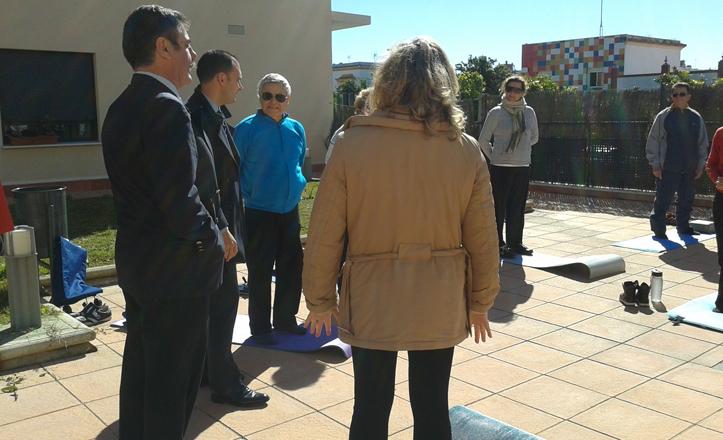 El delegado junto al director de Fundomar y la directora del distrito visitando el taller