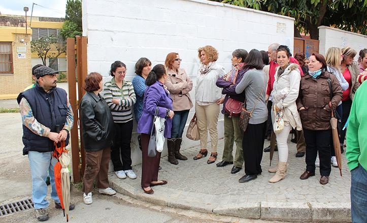 La concejal socialista Adela Castaño, con los padres del alumnos del colegio Vélez de Guevara