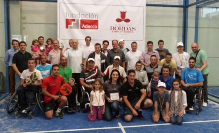 Foto grupal del torneo de pádel integra en Alcalá