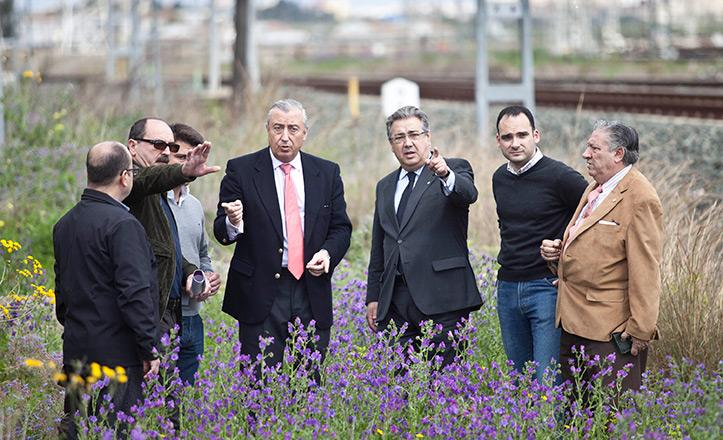 Zoido y Belmonte, con algunos vecinos, en la zona donde irá el apeadero de Renfe en Bellavista