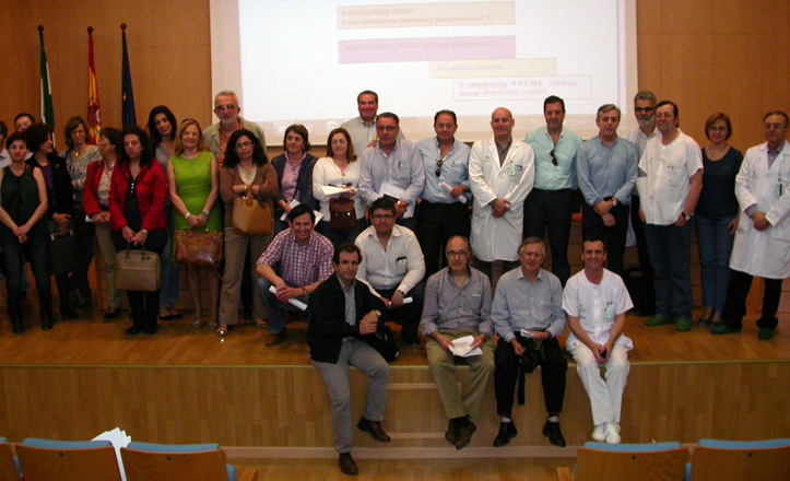 Los profesionales convocados posan en el salón de actos del hospital