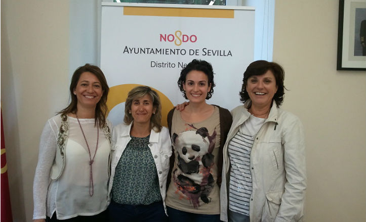 La delegada del distrito de Nervión, Pía Halcón, con miembros de Aciso