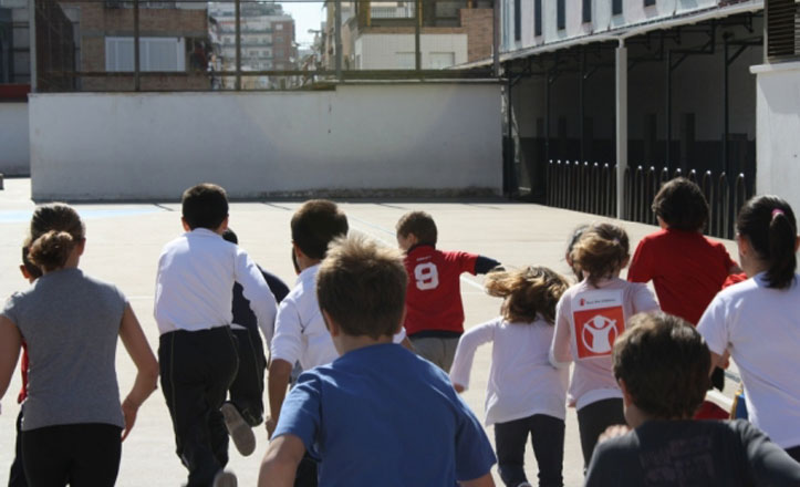 Niños haciendo una carrera
