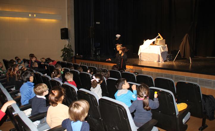 Piluka contando historias con su pequeño público