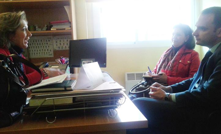 Rafael Belmonte hablando con la directora del conservatorio