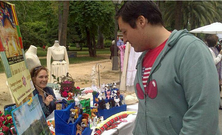 El delegado del distrito Sur, José Luis García, visitando el Zoco del Parque María Luisa