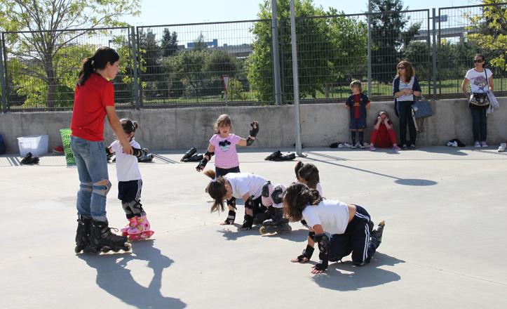 Los niños hacen diferentes ejercicios con los patines