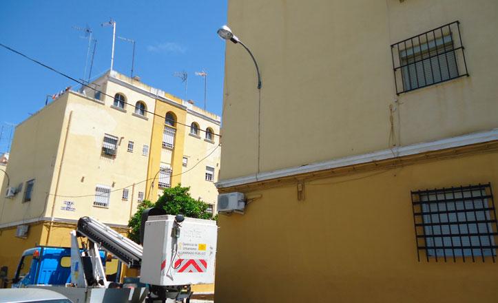 Luminaria a punto en la barriada de la Barzola