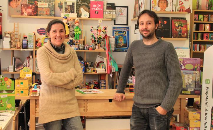 Elena y Arnoldo posan delante del mostrador del Molino de Cienta