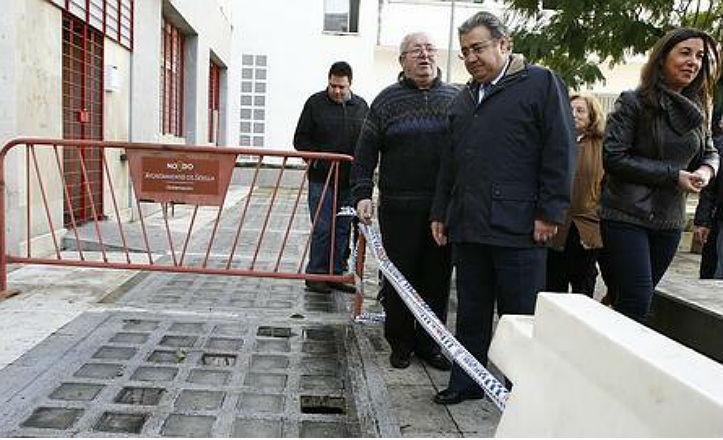 El alcalde, Juan Ignacio Zoido, visitando las viviendas de Nebli
