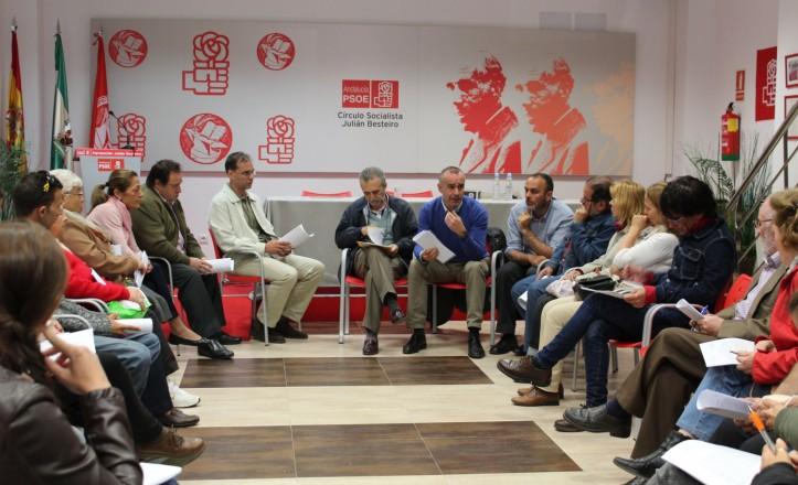 Los concejales socialistas Antonio Muñoz y Juan Manuel Flores se reúnen con vecinos de los Pajaritos