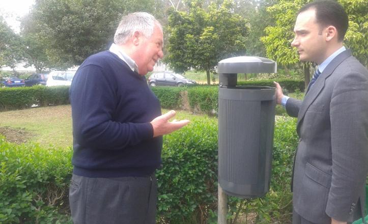 Rafael Belmonte hablando con uno de los vecinos junto a una de las nuevas papeleras