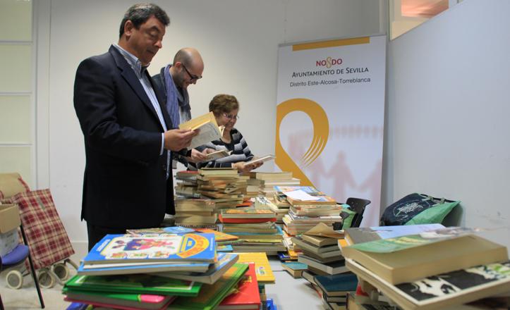 El delegado del distrito Este-Alcosa-Torreblanca junto con parte del equipo del distrito, clasificando libros