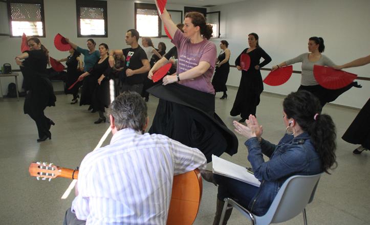 Los alumnos ensayan la coreografía de la gala con el guitarra y la cantaora