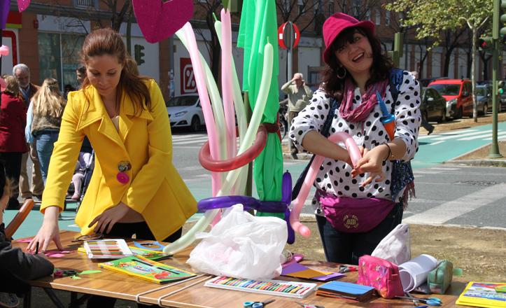 Inma e Isa realizando el taller