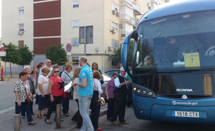 Los alumnos subiendo al autobús que les llevaría a Lipasam