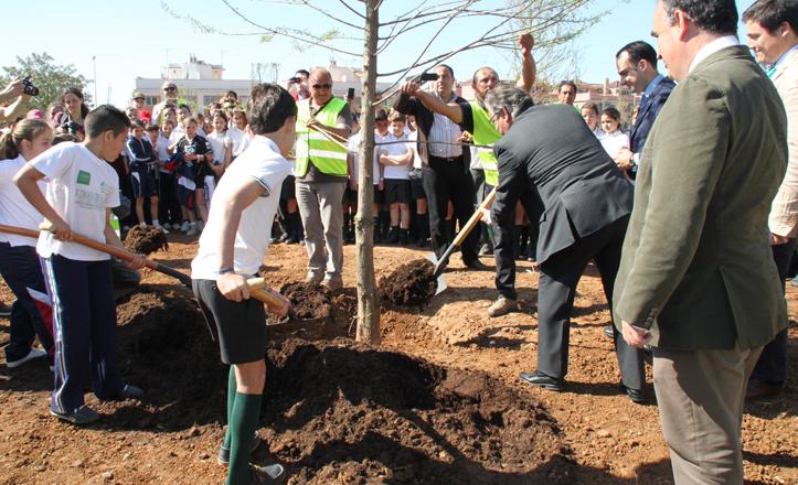 El alcalde planta un árbol en el parque Guadaíra con ayuda de los niños