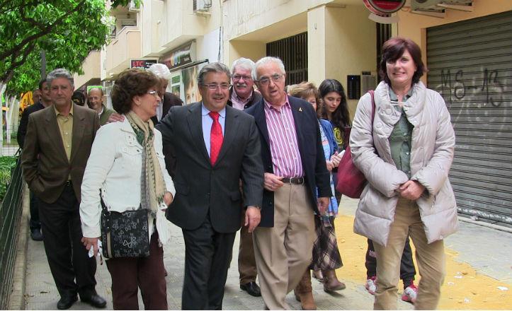 Visita del alcalde a la asociación de vecinos Entrepuentes