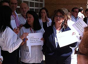 Concentración a las puertas del centro de salud de Pino Montano B