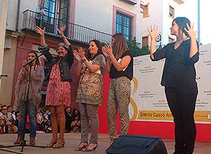 Amidea Navarro sobre el escenario de El Salvador