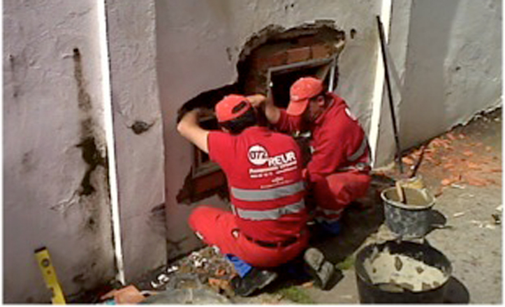 Operarios de Reur arreglan la arqueta del mercado