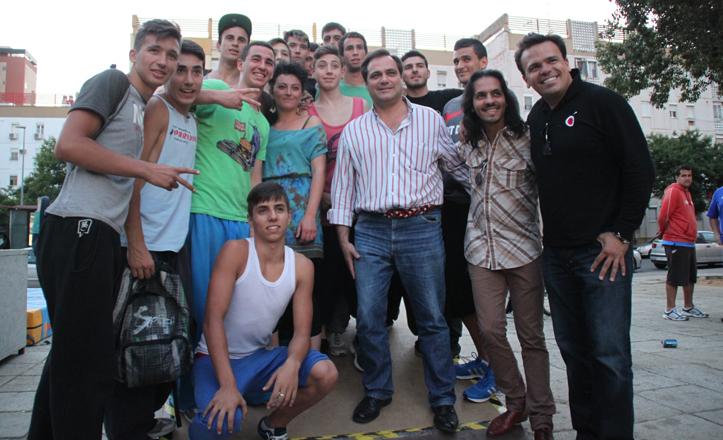 Jaime Ruiz posa con los artistas de Arte Urbano