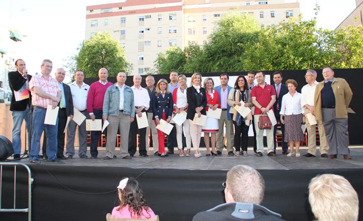 Los representantes de los centros colaboradores posan con sus diplomas