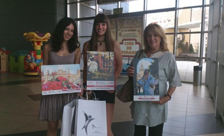 Estrella, Laura y la madre de Diego posan con las fotografías premiadas