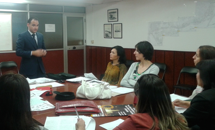 Rafael belmonte hablando con los alumnos de los talleres