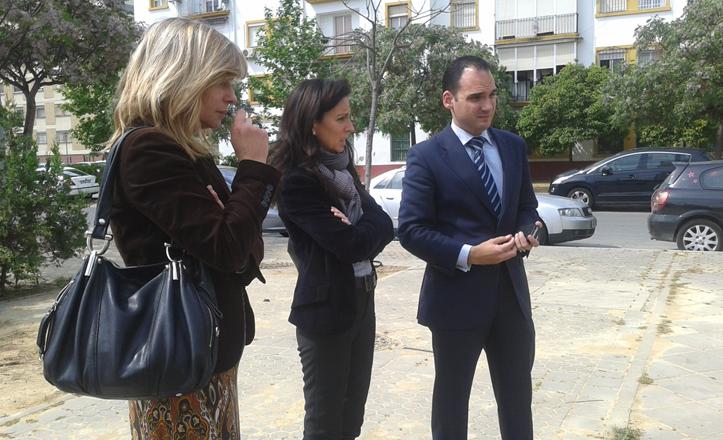 Directora y delegado del distrito reunidos con los vecinos de la calle Jándula