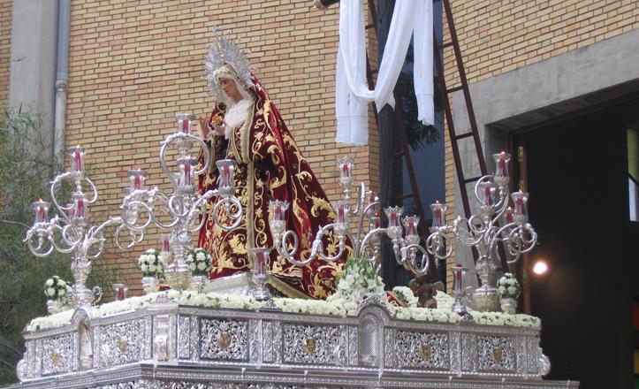 Nuestra Señora de los Desamparados saliendo de la iglesia