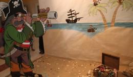 Un pirata de cartón en un rincón del colegio Tartessos