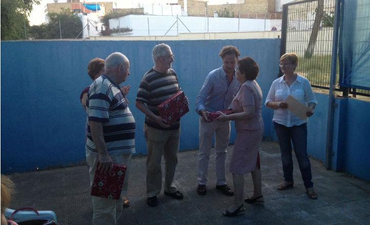 El delegado, José Miguel Luque, entregando los diplomas