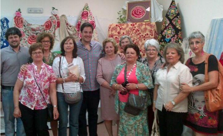 El delegado del distrito Sur, José Luis García, acompañado de las alumnas de los talleres del distrito Sur
