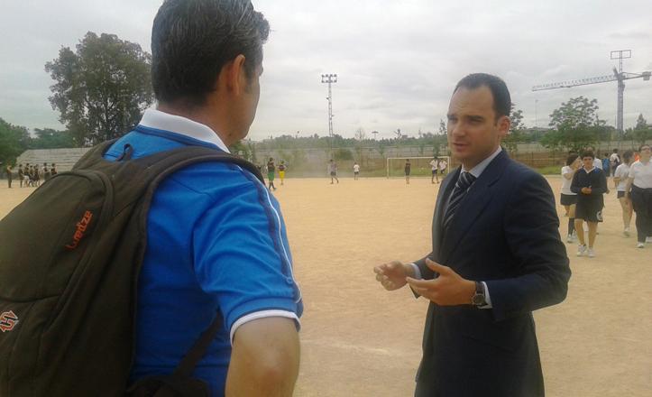 Rafael Belmonte visitando las miniolimpiadas de Ifni