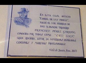 Un azulejo en homenaje a Paco Lola en Triana